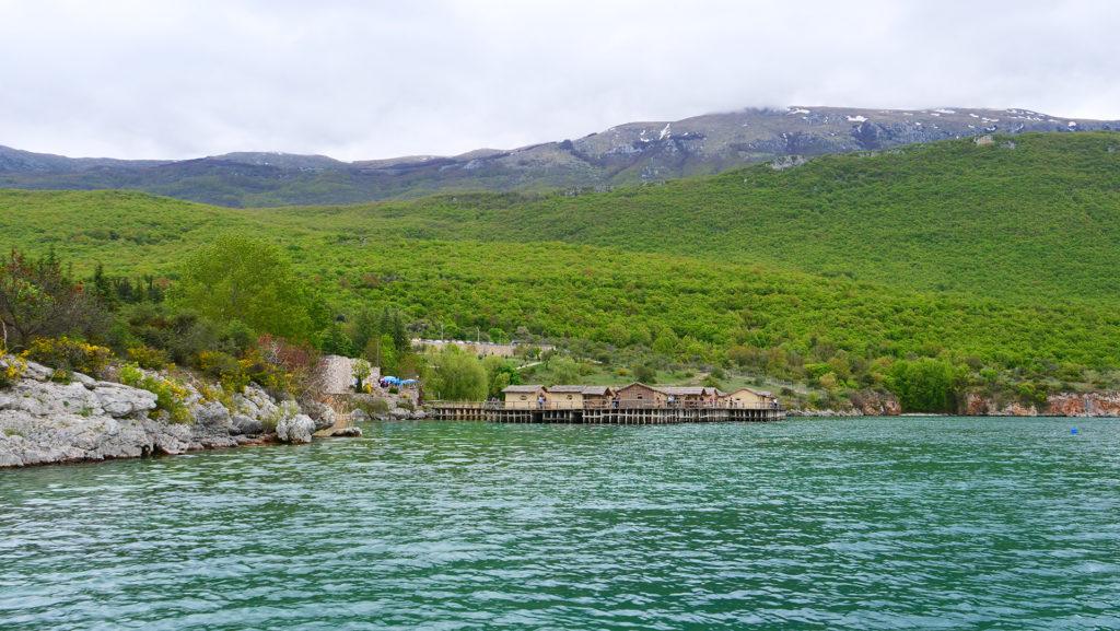 Muzeum na wodzie - tak wygląda od strony jeziora Ochrydzkiego, gdy płynie się tam z Ochrydy łodzią.
