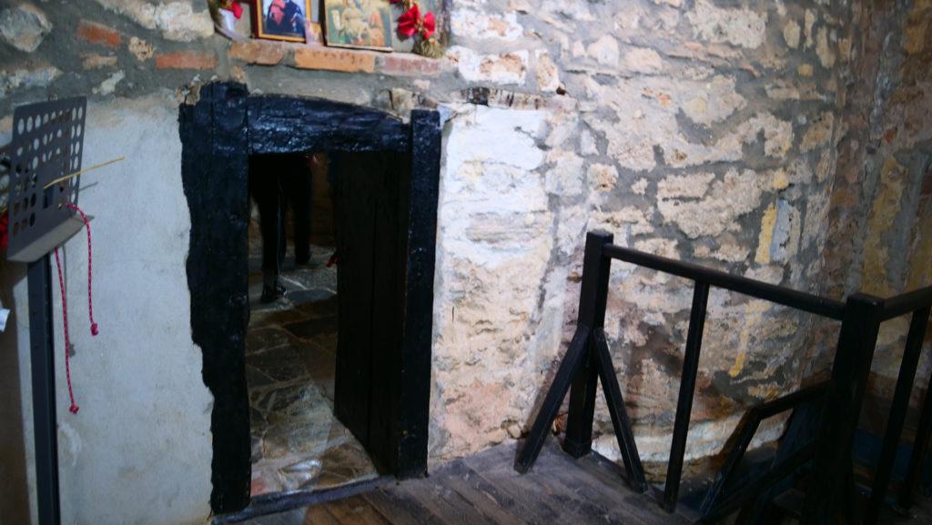 Stara, malutka cerkiew Narodzenia Matki Bożej - wykuta w skale - wchodzi się po drewnianych schodkach z obok w skale wykute są malutkie cele mieszkających tam mnichów