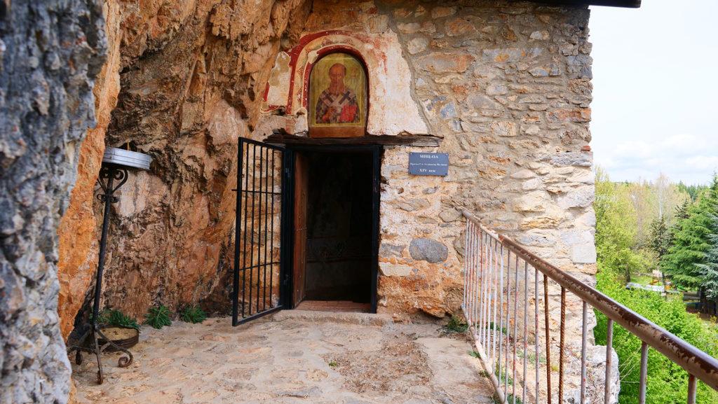 cerkiew w połowie skały - św. Atanazego - położona kilkaset metrów od klasztoru. Ze skałami w których jest cerkiew więżą się ciekawe legendy.
