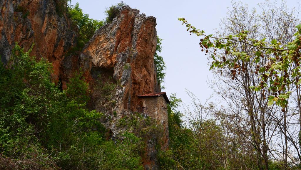 cerkiew św. Atanazego koło Strugi nad jeziorem Ochrydzkim. Wysoko na skale.