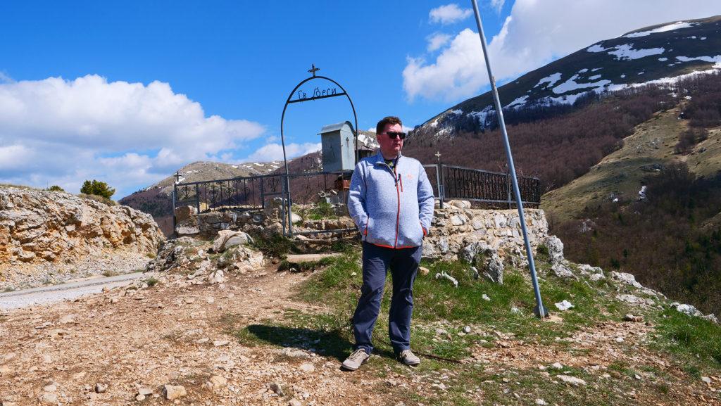 przełęcz między jeziorami Ochryda i Prespa - żeby zobaczyć oba jeziora trzeba wejść kilkadziesiąt kroków w góry od ulicy. Na przełęczy jest kapliczka św. Grzeorza, a w tle wyłania się Magaro - najwyższy szczyt Parku Narodowego Galiczica