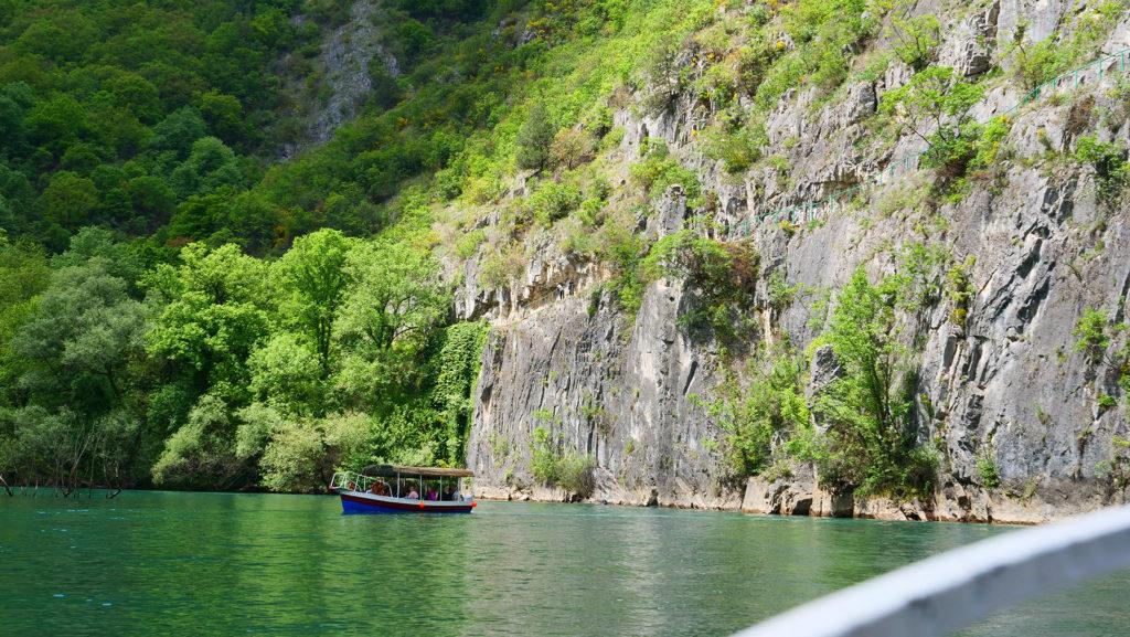 Kanion Matka - pionowe skały kanionu na których widać wąską ścieżkę, którą można przejść wzdłuż wąwozu