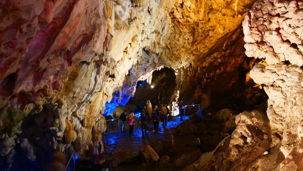 Jaskinia Vrelo w Kanionie Matka - do jaskini można dostać się wyłącznie łódką - wejście jest z pomostu nad wodą, jaskinia jest po przeciwnej stronie kanionu. Jaskinia ma drugi otwór - podwodny kilkadziesiąt metrów od lądowego wejścia.
