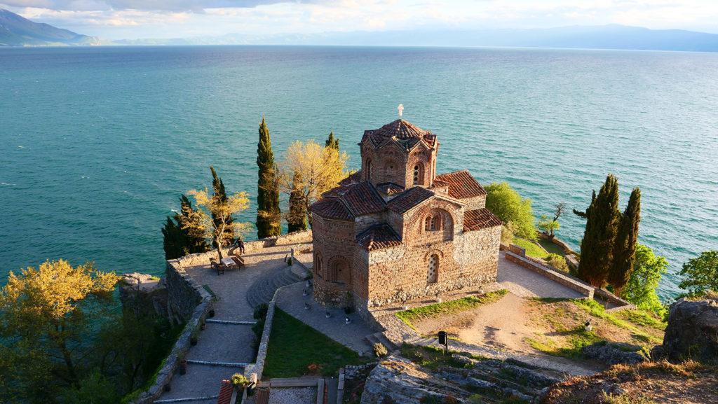 Zwiedzanie Ochrydy - niewielka, ale urokliwie położona cerkiew powszechnie nazywana św. Jana Kaneo (choć tak naprawę to cerkiew św. Jana Teologa w Kaneo)