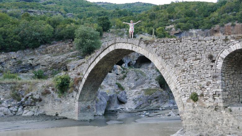 Most Sędziów w Kanionie Langarica - wysoki i wąski. Koniecznie trzeba przejść na drugą stronę
