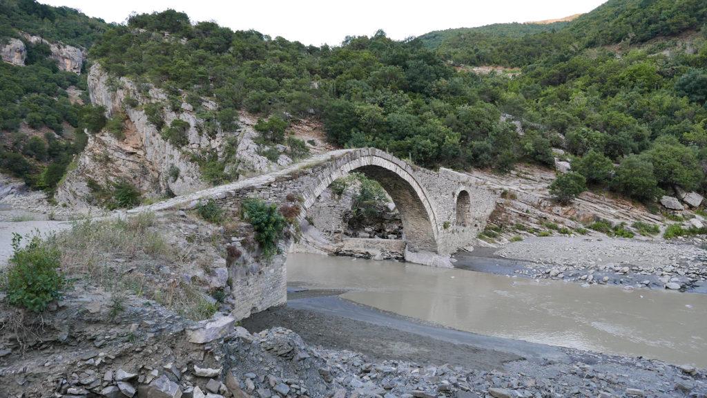 Most Sędziów - wysoki i wąski. Żeby dostać się do basenu termalnego, trzeba przez niego przejść.