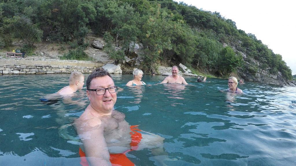 kąpiel w naturalnym basenie z ciepłą, górską wodą wprost ze źródła, śmierdzącą zgniłymi jajami - PRZEPIĘKNIE