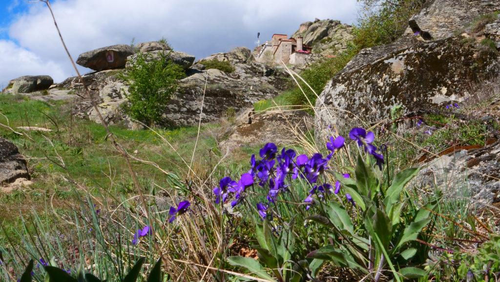 Podniebny Klasztor w Treskavcu koło Prilepu - najpierw wjeżdża się wąskimi i krętymi serpentynami, potem trzeba kawałek podejść do góry, ale miejsce jest przepiękne. Aktualnie trwa remont i odbudowa po pożarze.