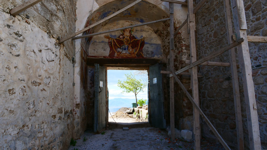 wnętrze głównej bramy do Podniebnego Klasztoru w Treskavcu - trwa remont