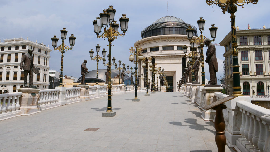 Skopje - jeden z nowych mostów - nowe pomniki i elegancja. Wykonanie: podobno z karton-gipsu