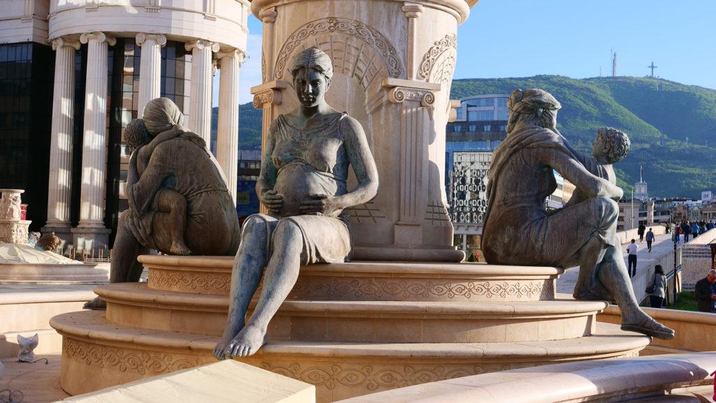 Skopje - jeden z ciekawych pomników - matka Aleksandra Wielkiego - w samym centrum miasta