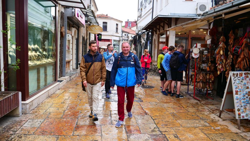 Skopje - zaraz za mostem jest czarszija, czyli stara dzielnica handlowo-produkcyjna muzułmańska - aktualnie - małe uliczki z drogimi sklepami.