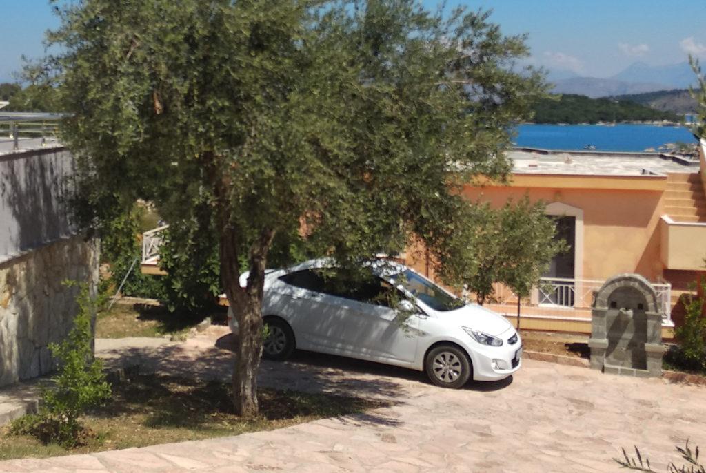 wynajem samochodu w Albanii - wynajęty samochód - w tle plaża w Ksamilu