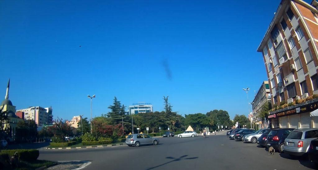 ogromne ronda w Tiranie - jazda samochodem w Albanii