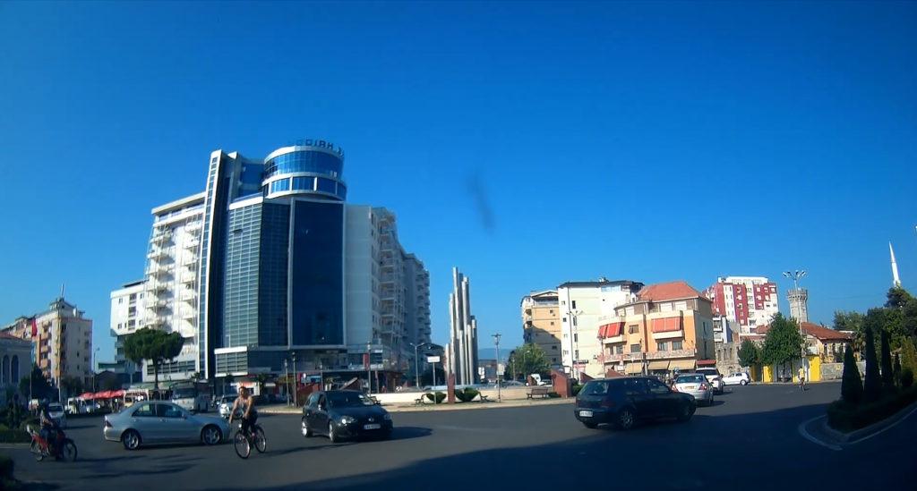 wielkie ronda w Tiranie - jazda samochodem w Albanii
