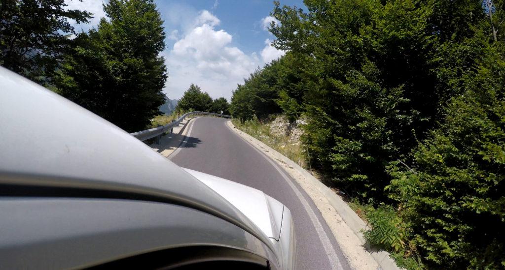 Serpentyny na drogach w Albanii - jazda samochodem w Albanii