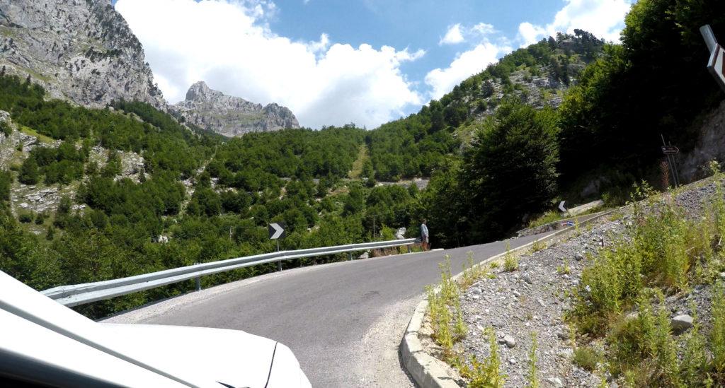 Ostre podjazdy na drogach w Albanii - jazda samochodem w Albanii