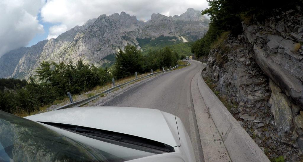 Wąskie mijanki na drogach w Albanii - jazda samochodem w Albanii