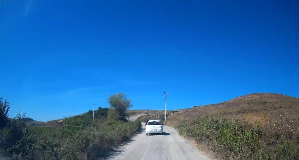 Wąskie drogi w Albanii - jazda samochodem w Albanii
